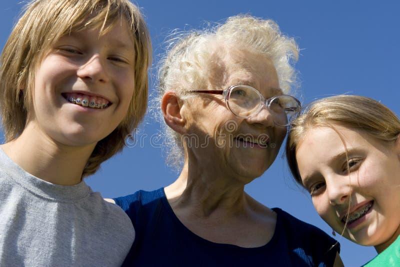 Enfants avec la grand-maman image libre de droits