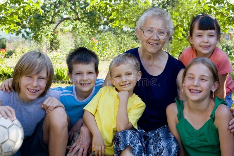 Enfants avec la grand-maman photographie stock libre de droits