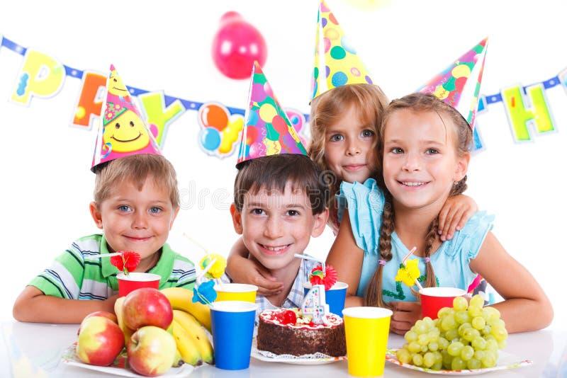 Enfants avec le gâteau d'anniversaire photo stock