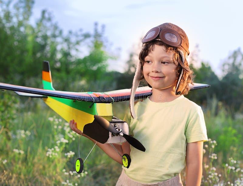 Enfants avec le jouet airplan photographie stock libre de droits