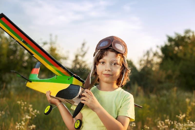 Enfants avec le jouet airplan dehors images libres de droits