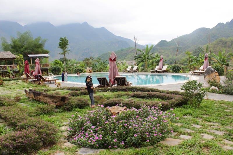 Enfants avec le paysage de piscine chez Moc Chau, Vietnam - avril, 11, 2015 images libres de droits