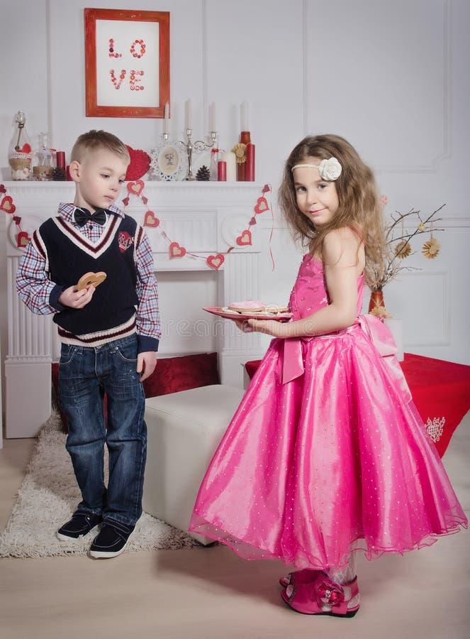 Enfants avec les biscuits en forme de coeur images stock