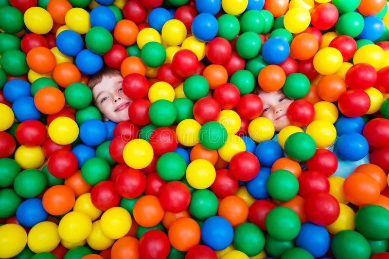 Enfants avec les boules colorées photo stock