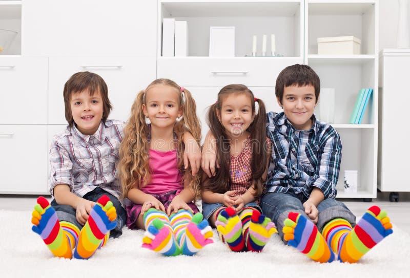 Enfants avec les chaussettes colorées images stock