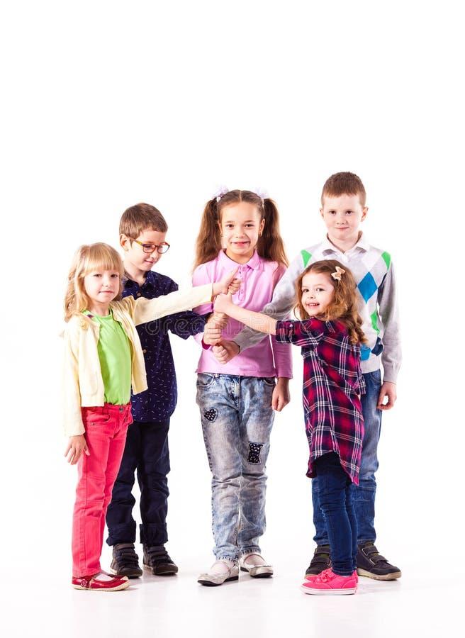 Enfants avec les mains augmentées photographie stock libre de droits