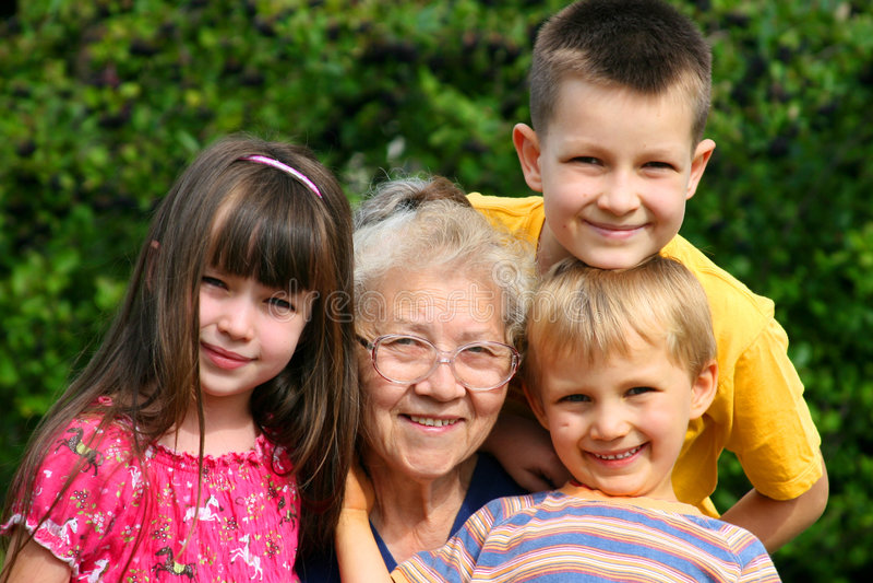 Enfants avec leur grand-mère image libre de droits