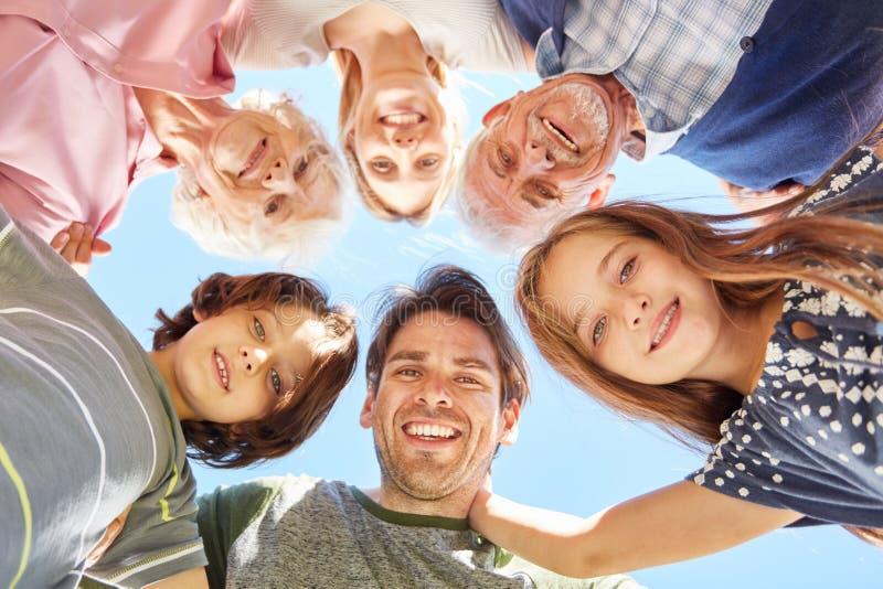 Enfants avec parents et grands-parents en tant que communauté photos libres de droits