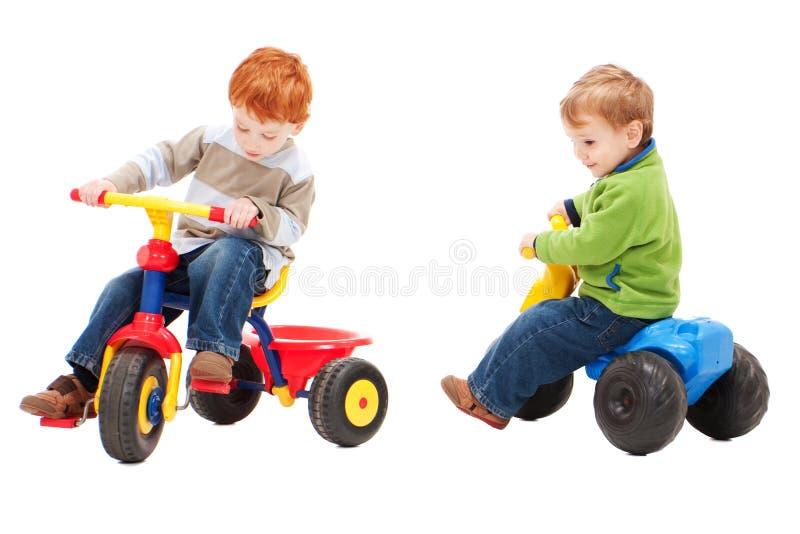 Enfants ayant l'équitation d'amusement sur des vélos de gosses photographie stock