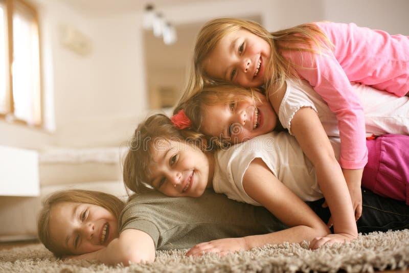 Enfants ayant l'amusement à la maison photographie stock libre de droits