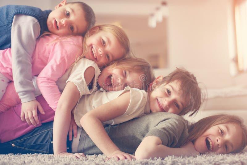 Enfants ayant l'amusement à la maison photographie stock