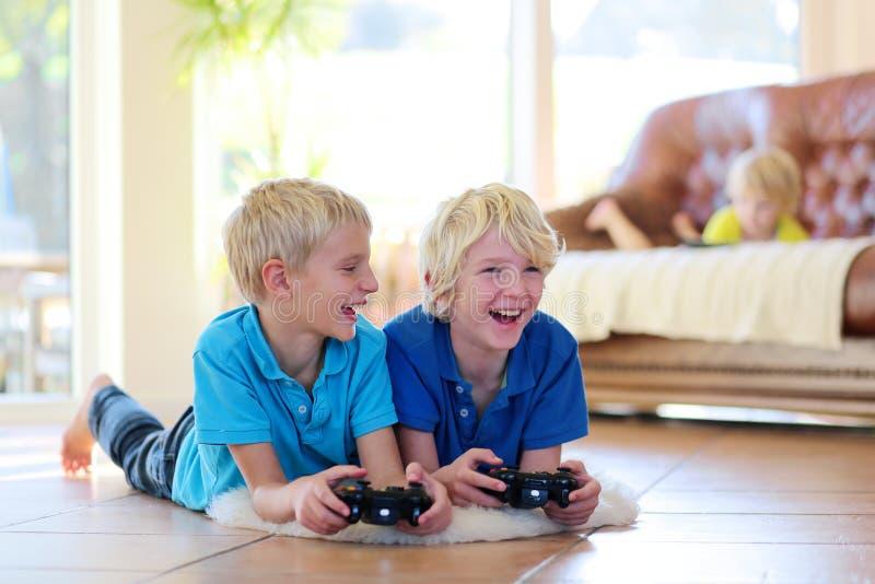 Enfants ayant l'amusement à la maison photo stock
