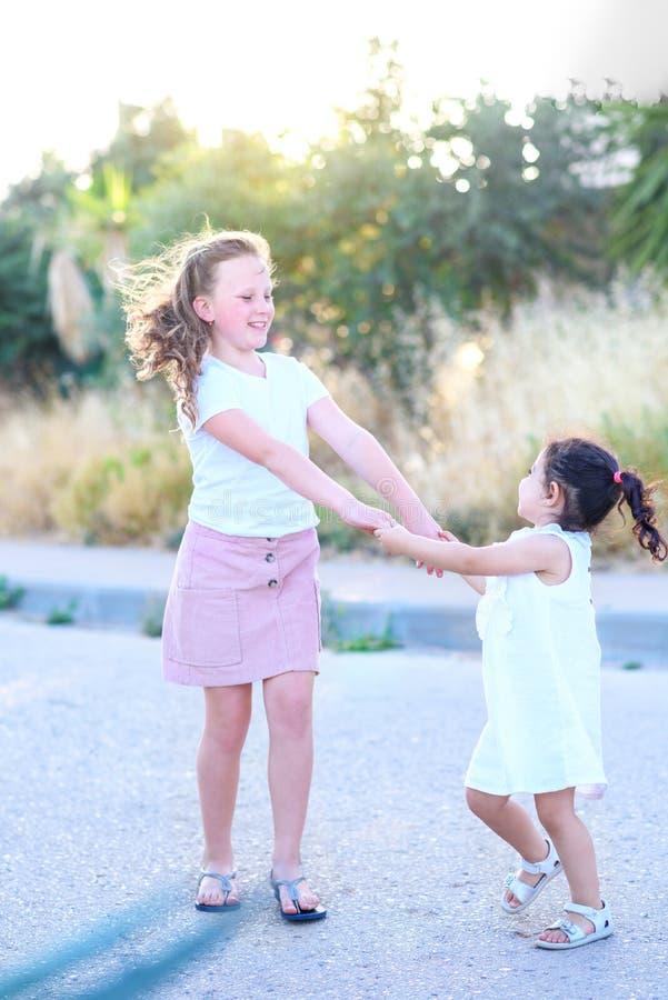 Enfants ayant l'amusement ext?rieur photos stock