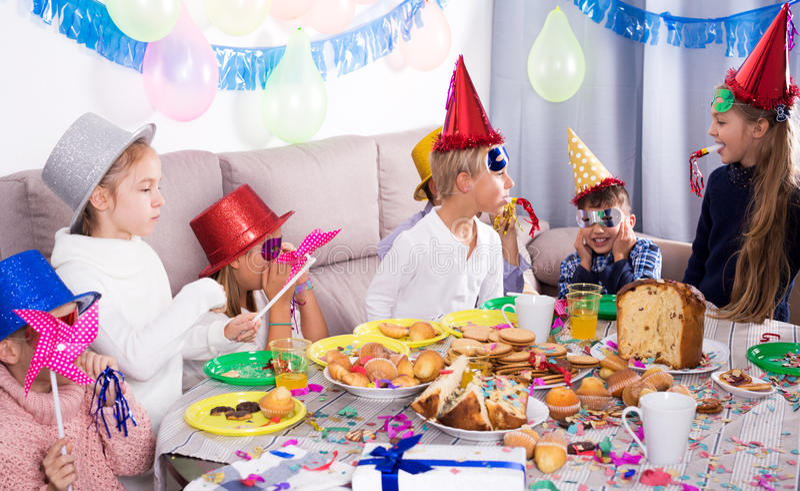 Enfants ayant l'amusement pendant la fête d'anniversaire de friend's photographie stock libre de droits