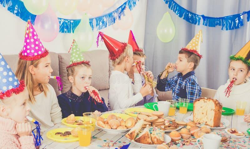 Enfants ayant l'amusement pendant la fête d'anniversaire de friend's image libre de droits