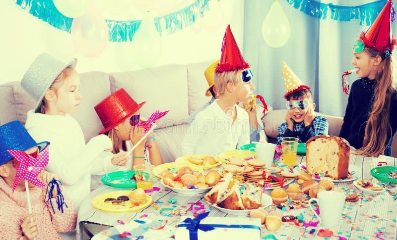 Enfants ayant l'amusement pendant la fête d'anniversaire de friend's images libres de droits