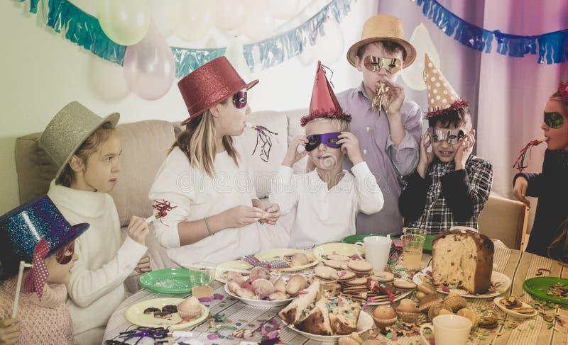 Enfants ayant l'amusement pendant la fête d'anniversaire de friend's photo stock