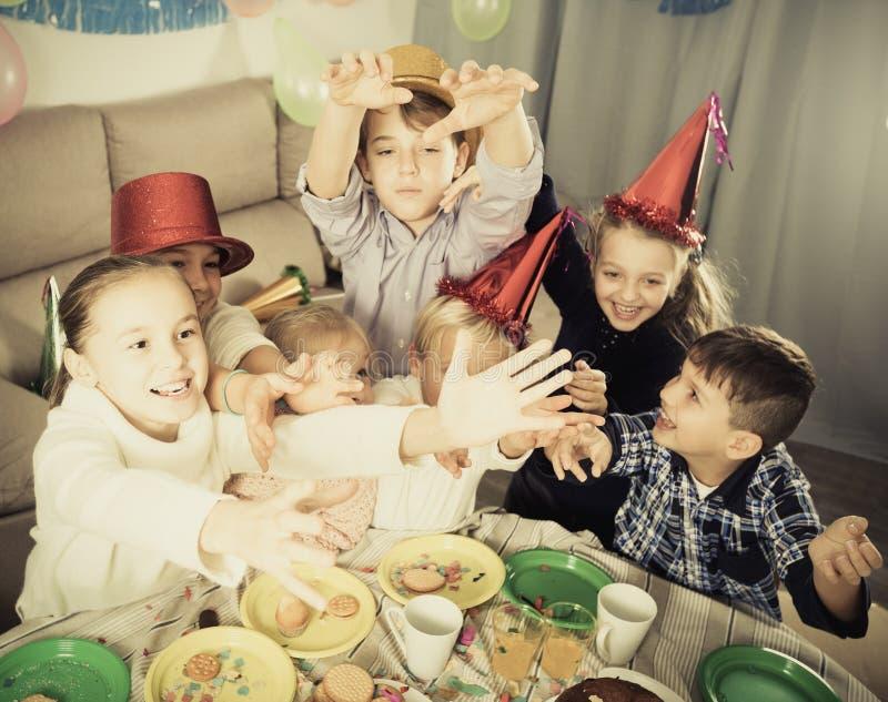 Enfants ayant l'amusement pendant la fête d'anniversaire de friend's photos stock
