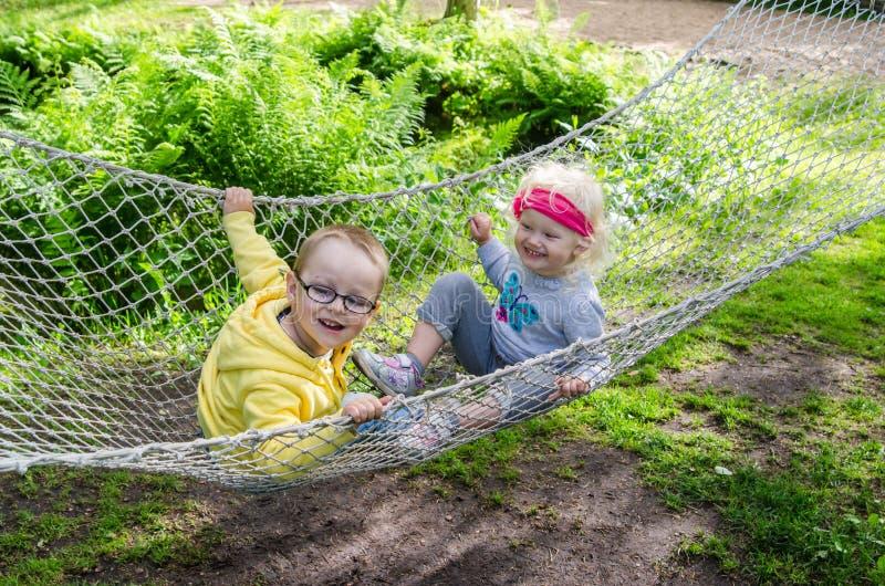Enfants balançant dans un hamac photos libres de droits