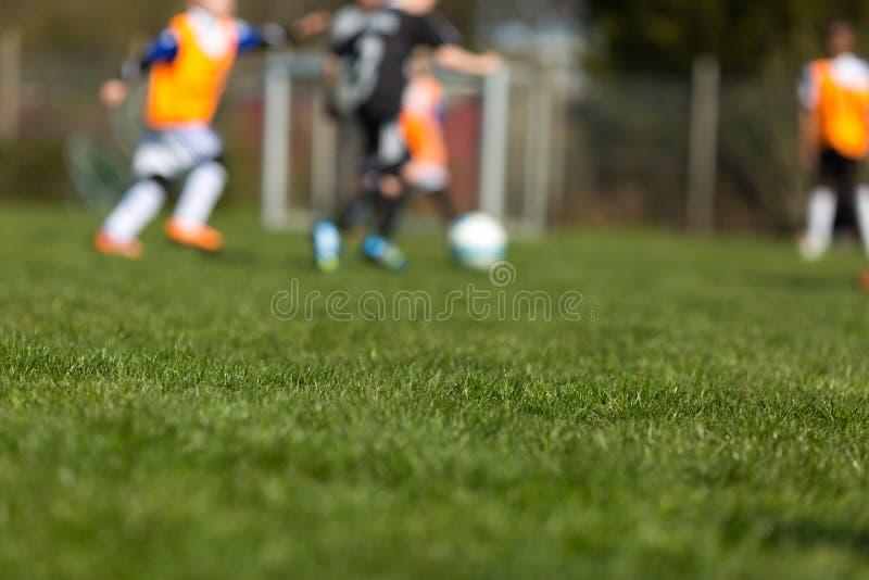 Enfants brouillés du football photographie stock