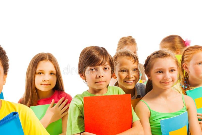 Enfants calmes se tenant avec des manuels photo stock