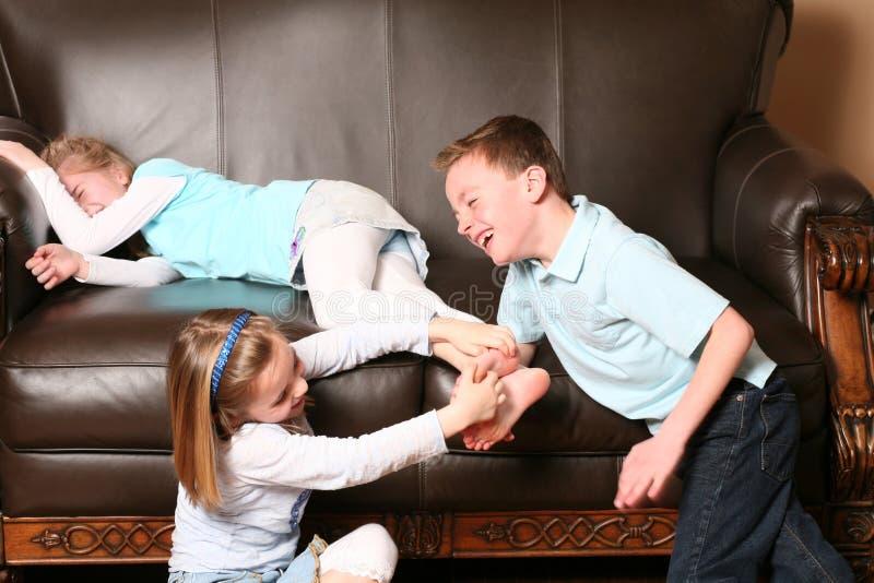 Enfants chatouillant des pieds photos stock