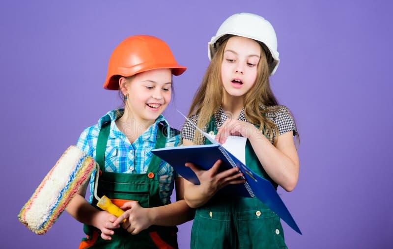 Enfants choisissant la couleur de peinture pour leur nouvelle pi?ce Les soeurs d'enfants courent la r?novation leur pi?ce R?novat image stock