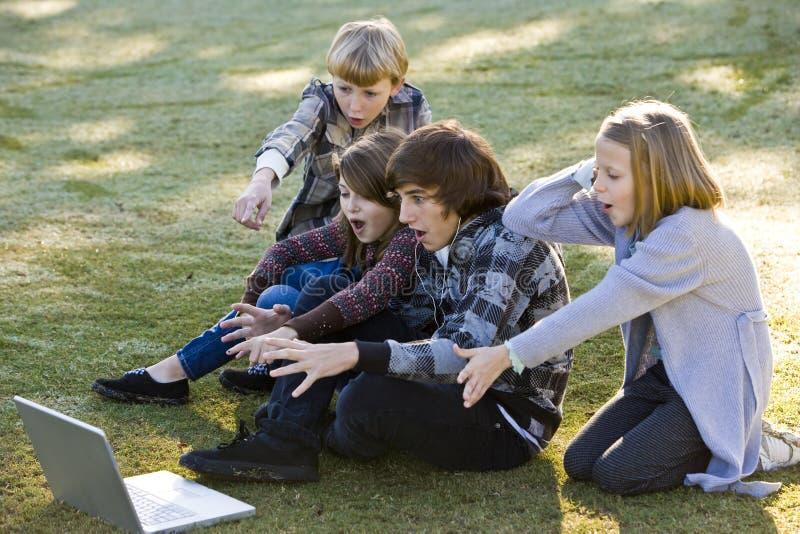 Enfants choqués par ce qui est sur l'ordinateur portatif photo libre de droits