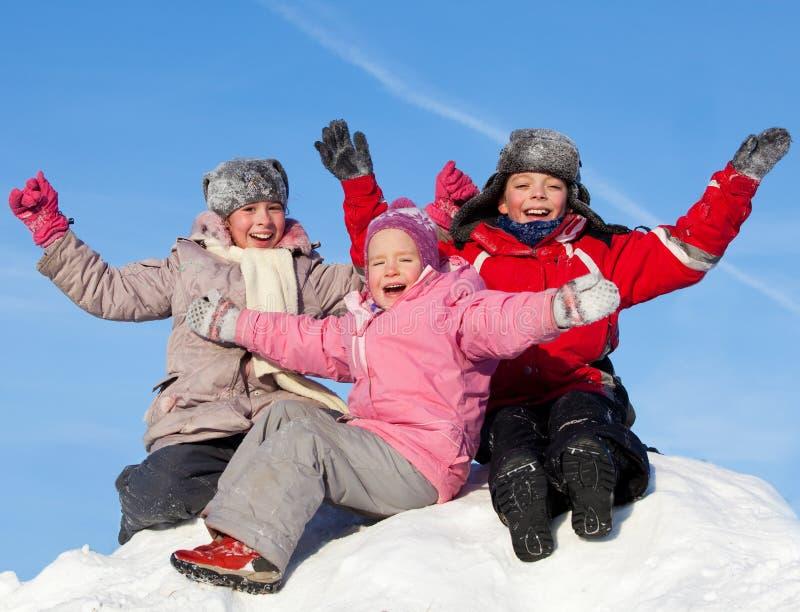 Enfants contre le ciel en hiver image stock