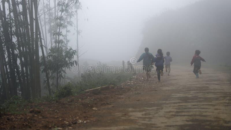 Enfants courant par une forêt en bambou photographie stock libre de droits