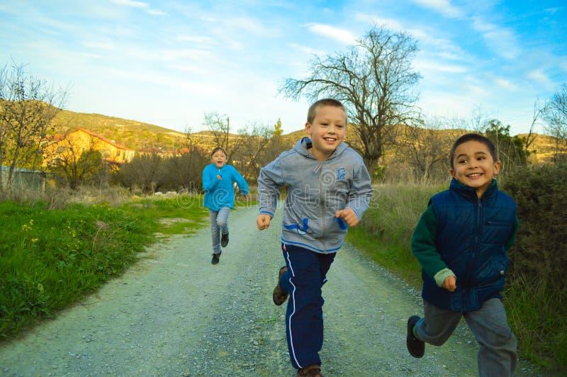 Enfants courant une course photos libres de droits