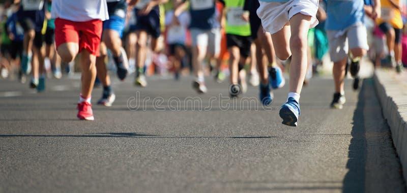 Enfants courants, jeune course d'athlètes images libres de droits