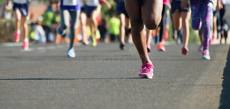 Enfants courants, jeune course d'athlètes photos stock
