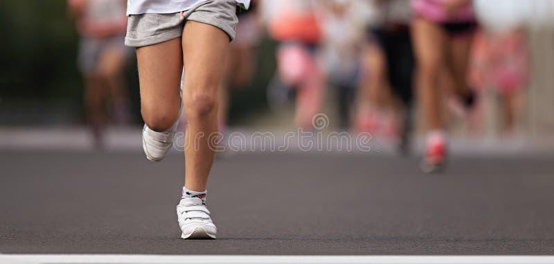 Enfants courants, jeunes athlètes courus dans enfants image stock