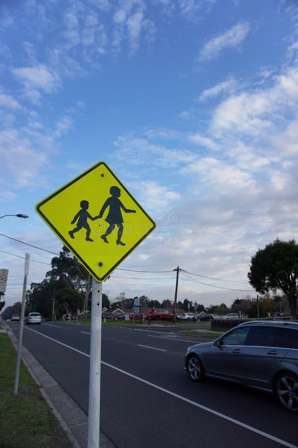 Enfants croisant le signe images stock