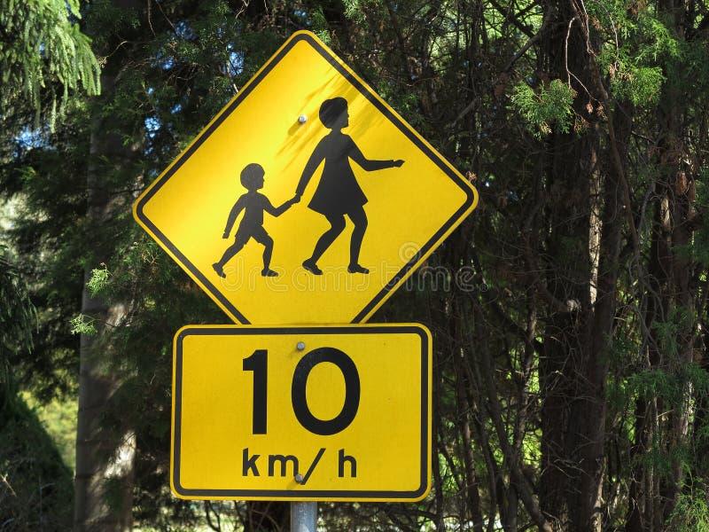 Enfants croisant le signe de route images libres de droits