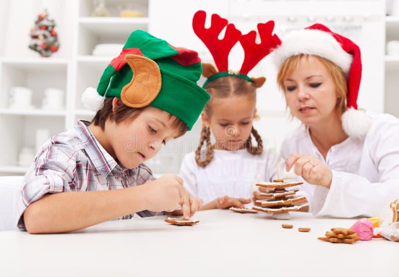 Enfants décorant des biscuits de pain d'épice photographie stock