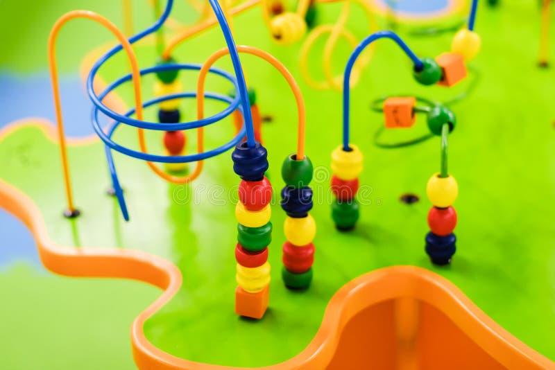 Enfants d'âge, jeu de société de table, éducation des enfants et divertissement élémentaires photographie stock libre de droits