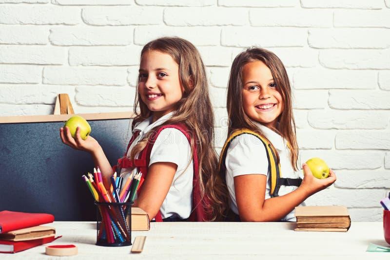 Enfants d'école primaire se reposant à la leçon d'école photographie stock libre de droits