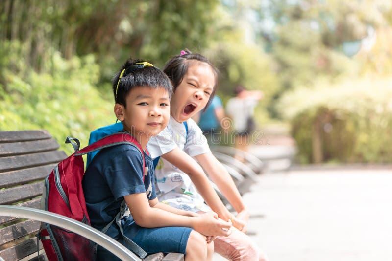 Enfants d'enfant de mêmes parents s'asseyant en parc de Kowloon photos stock