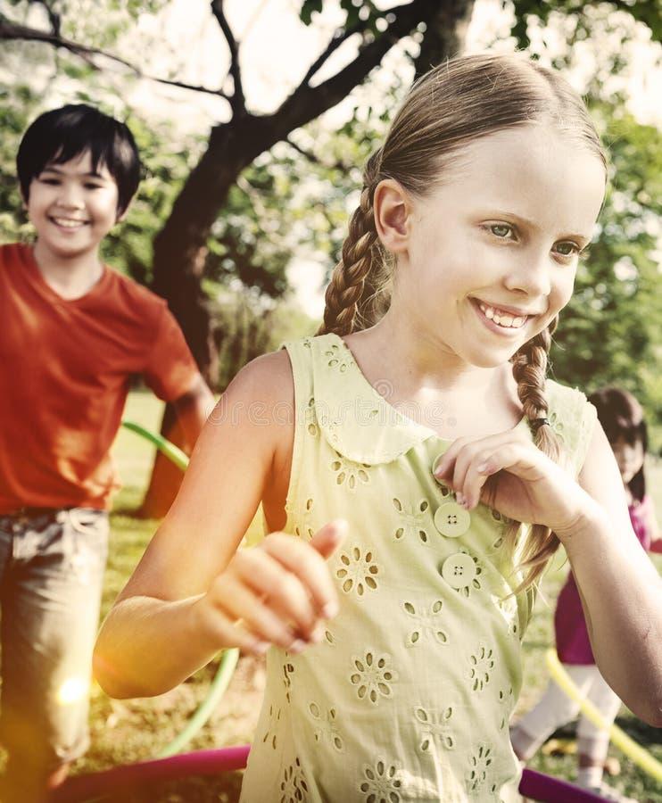 Enfants d'enfants jouant le concept de bonheur photos libres de droits