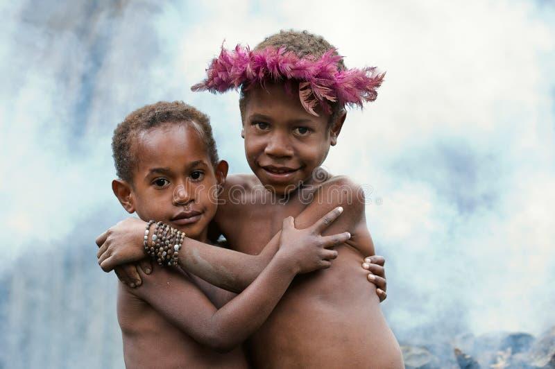 Enfants d'une tribu de Dani. image stock