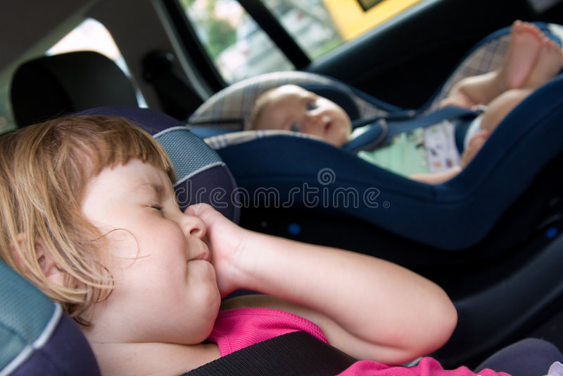 Enfants dans des sièges de véhicule photographie stock