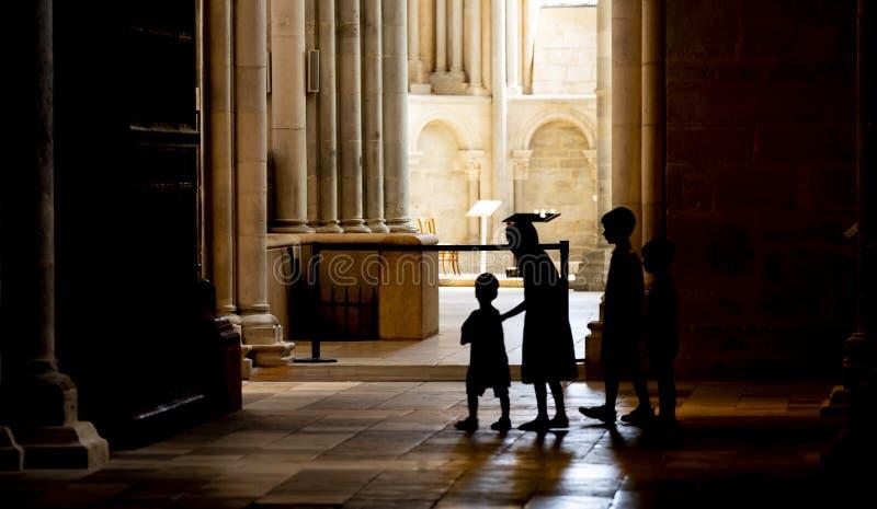 Enfants dans l'église du service de Vezelay image stock