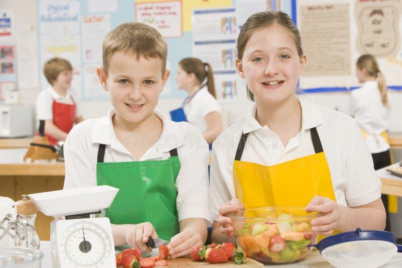 Enfants dans la classe de cuisson photo libre de droits