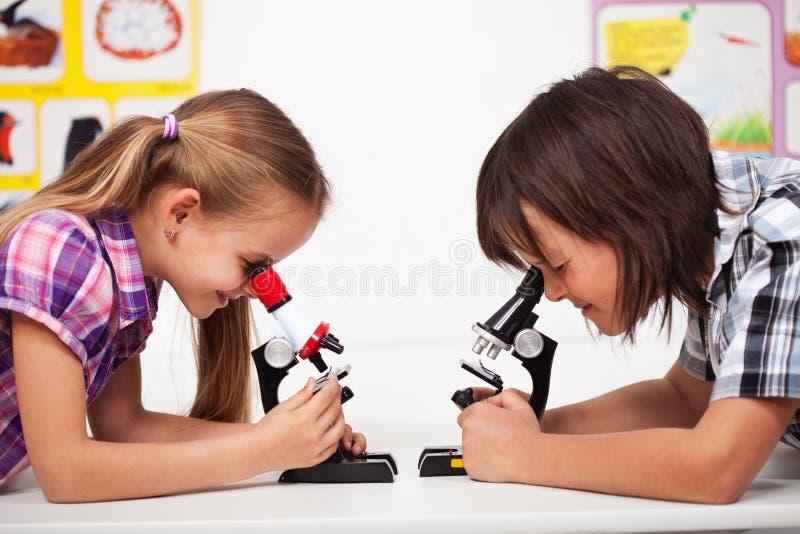 Enfants dans la classe de la science photo stock