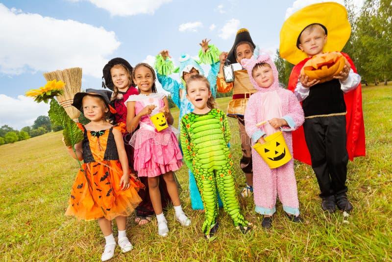 Enfants dans la position différente de costumes de Halloween images libres de droits