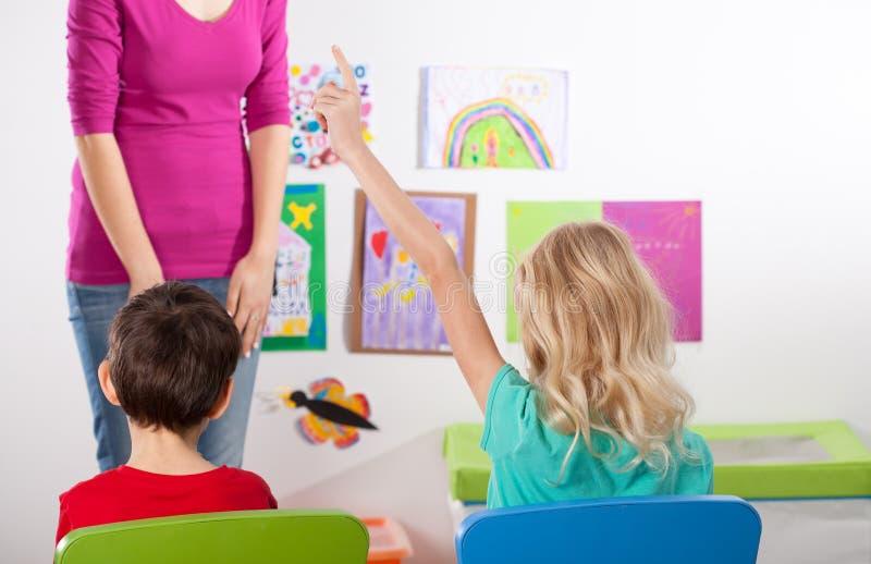 Enfants dans la salle de classe sur la leçon d'art images stock