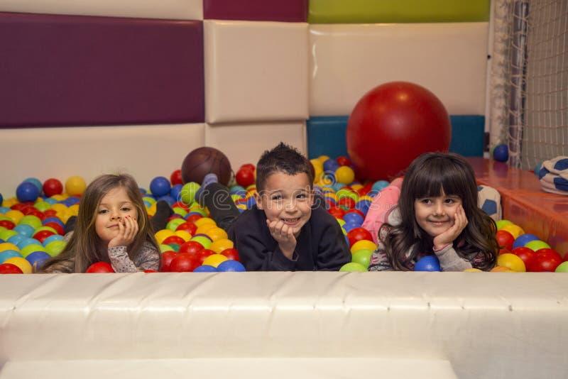 Enfants dans la salle de jeux images libres de droits
