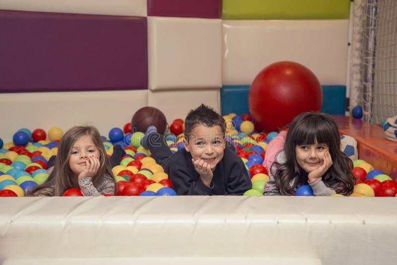 Enfants dans la salle de jeux photo stock